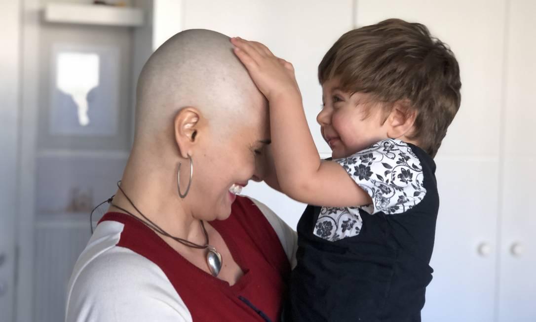 A advogada Flávia Piana brinca com seu filho Leonel: ela se recupera de um câncer de mama Foto: / Arquivo pessoal