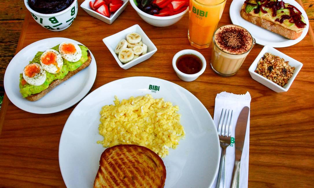 O Bibi Farm, nova filial do restaurante, traz um menu especial. Entre eles, o suco (R$ 9,90, 300ml; e R$ 14,90, 500ml) e a salada com o nome da parceira Farm (R$ 15,90). Delivery: 2503-6891 Foto: Divulgação / João Lobo