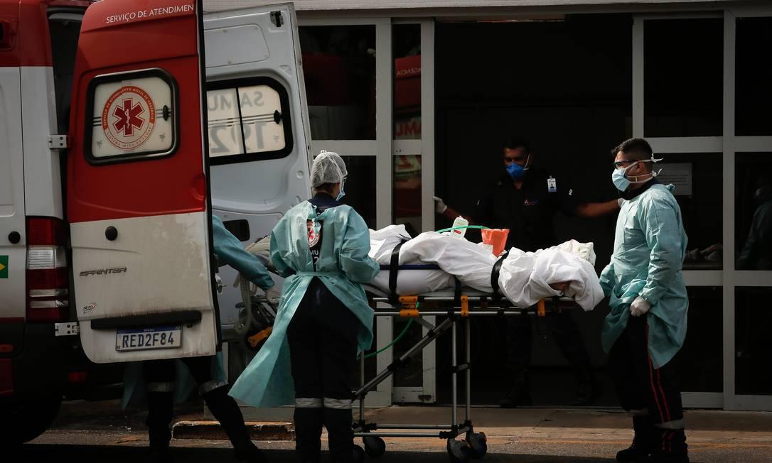 Crise no sistema de saúde do Distrito Federal: Hospital Regional da Asa Norte transfere pacientes com Covid-19 intubados para outras unidades Foto: Pablo Jacob / Agência O Globo