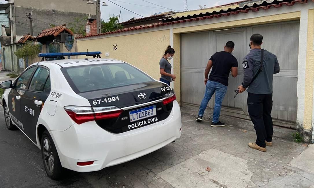 Policiais na casa do Coronel Jairo, pai de Jairinho Foto: Paolla Serra / Agência O Globo