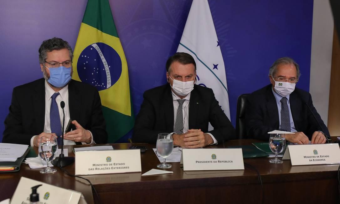 O presidente Jair Bolsonaro participa de reunião do Mercosul, ao lado dos ministros Ernesto Araújo e Paulo Guedes Foto: Marcos Corrêa/Presidência