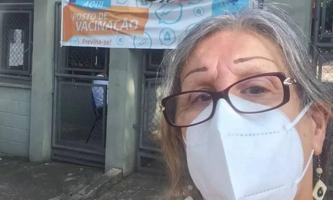 A cartunista Laerte, de 69 anos, postou foto em rede social a frente de UBS São Remo, na Vila Butantã, Zona Oeste da capital paulista para celebrar a primeira dose da vacina. Em janeiro, ela ficou 10 dias internada por conta da Covid-19 Foto: Reprodução