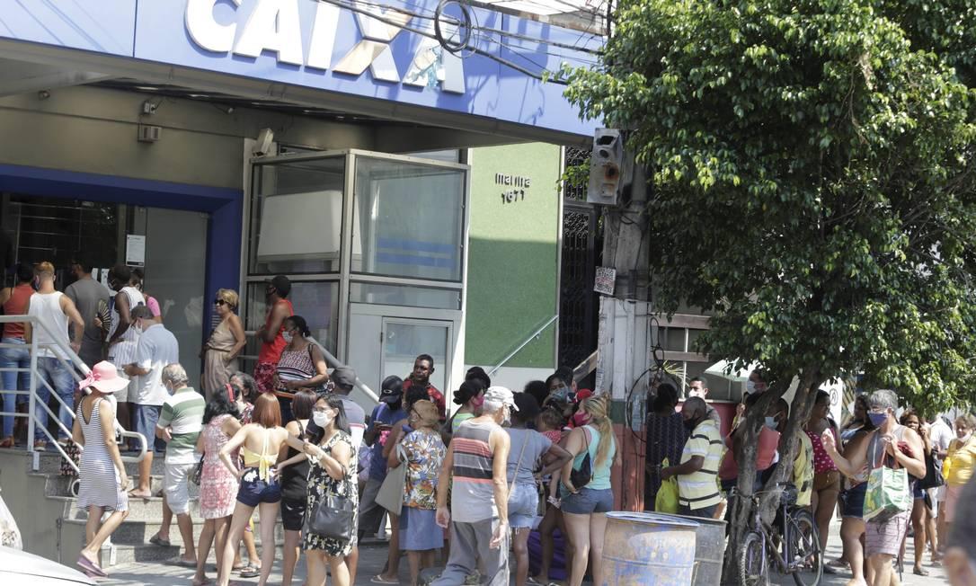 Em Nilópolis, Baixada Fluminense, também teve aglomeração na fila da Caixa Econômica Foto: Domingos Peixoto / Agência O Globo