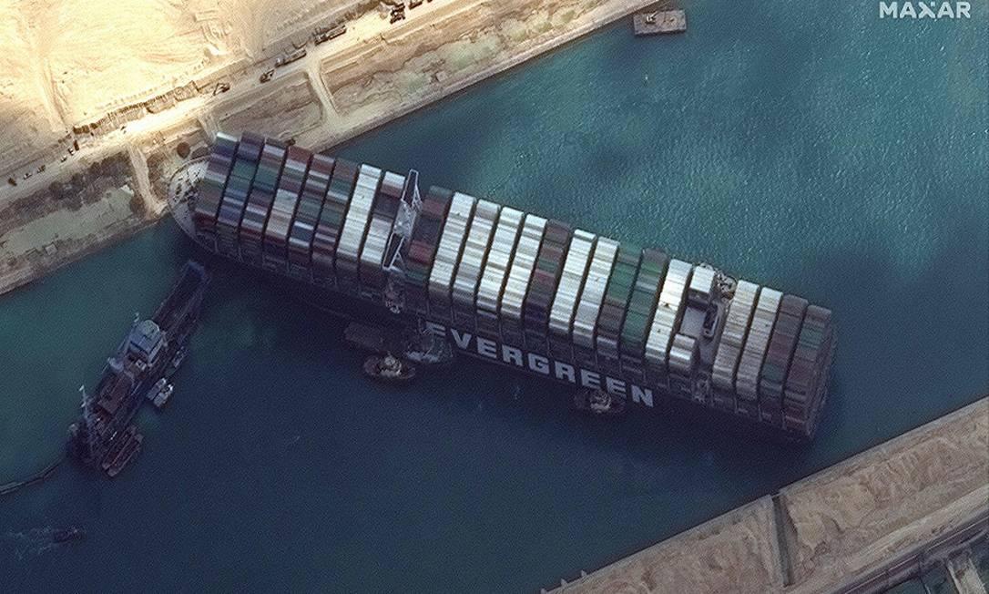 O Ever Given bloqueando o Canal de Suez Foto: - / AFP