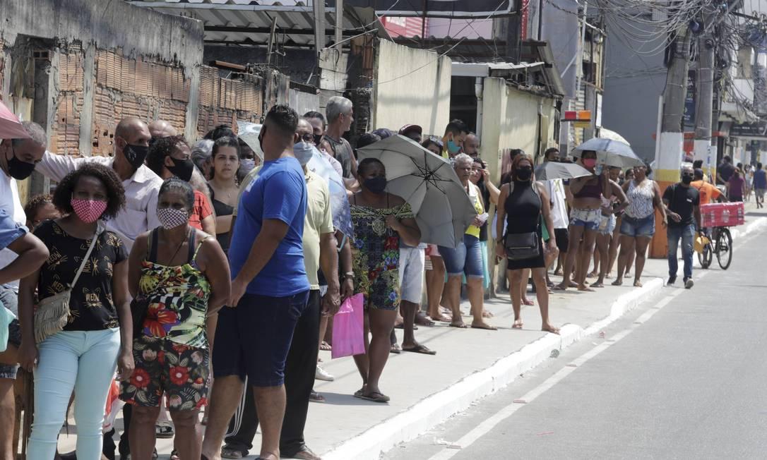 Clientes se aglomeram em fila da Caixa Econômica, em Belford Roxo, Baixada Fluminense Foto: Domingos Peixoto / Agência O Globo