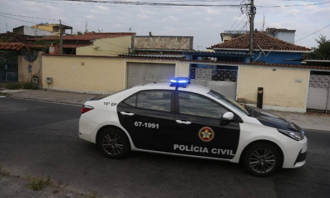 Viatura da Polícia Civil do lado de fora da casa de Monique Medeiros, em Bangu Foto: Fabiano Rocha / Agência O Globo