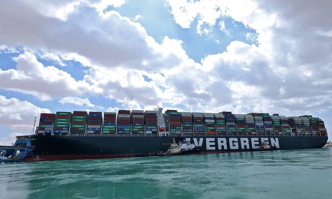 O gigante Ever Given tem mais de 400 metros de comprimento e 59 metros de largura e pesa 224 mil toneladas Foto: - / AFP