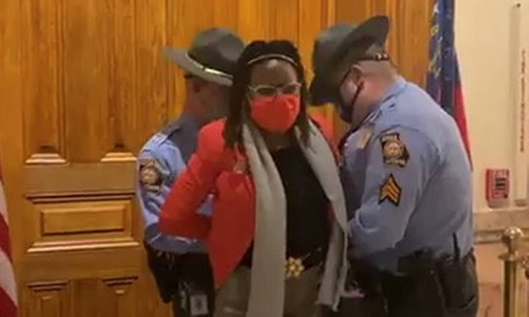 A deputada Park Cannon é algemada no prédio da Assembleia da Geórgia após tentar entrar na sala onde governador raticava lei Foto: Tamara Stevens / via REUTERS