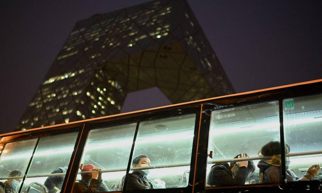 Proteção rotineira: passageiros com máscara em ônibus em Pequim Foto: NOEL CELIS / AFP