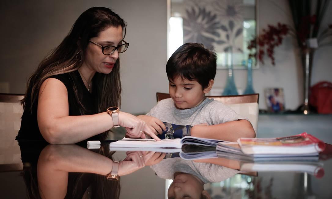Tatiana Lima, diante da dificuldade na alfabetização de Luca, optou por fazê-lo repetir o primeiro ano Foto: Pablo Jacob / Agência O Globo