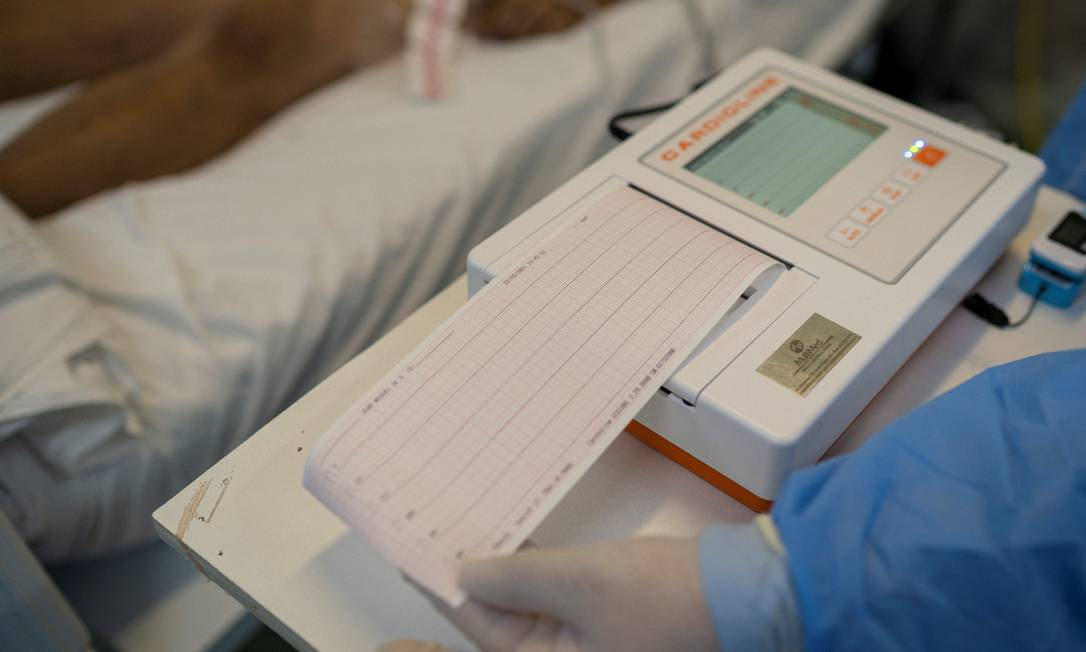 Médico atesta morte em hospital de São Leopoldo, no Rio Grande do Sul - estado tem 49,1% dos mortos por Covid-19 em hospitais fora de UTIs Foto: Daniel Marenco / Agência O Globo