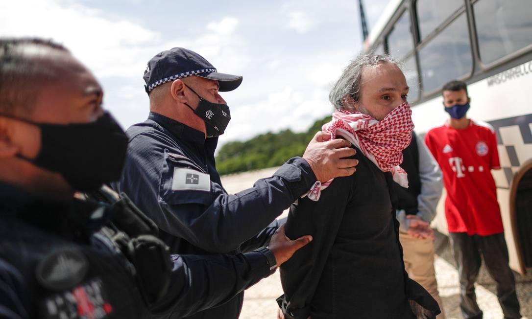 Policiais prendem manifestantes por faixa 'Bolsonaro genocida' com base na Lei de Segurança Nacional Foto: UESLEI MARCELINO / REUTERS