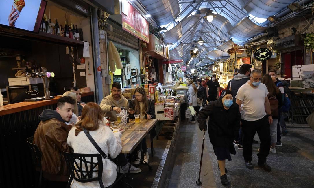 """Centro de alimentação em Jerusalém que foi reaberto em 11 de março para pessoas que tenham o """"passaporte verde"""", recebido por quem já tomou as duas doses Foto: EMMANUEL DUNAND / AFP/11-03-2021"""