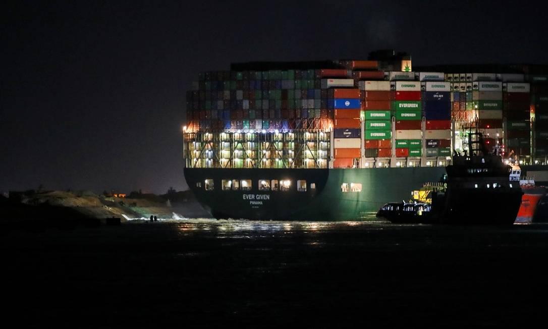 O navio encalhado neste sábado à noite em Suez Foto: MOHAMED ABD EL GHANY / REUTERS