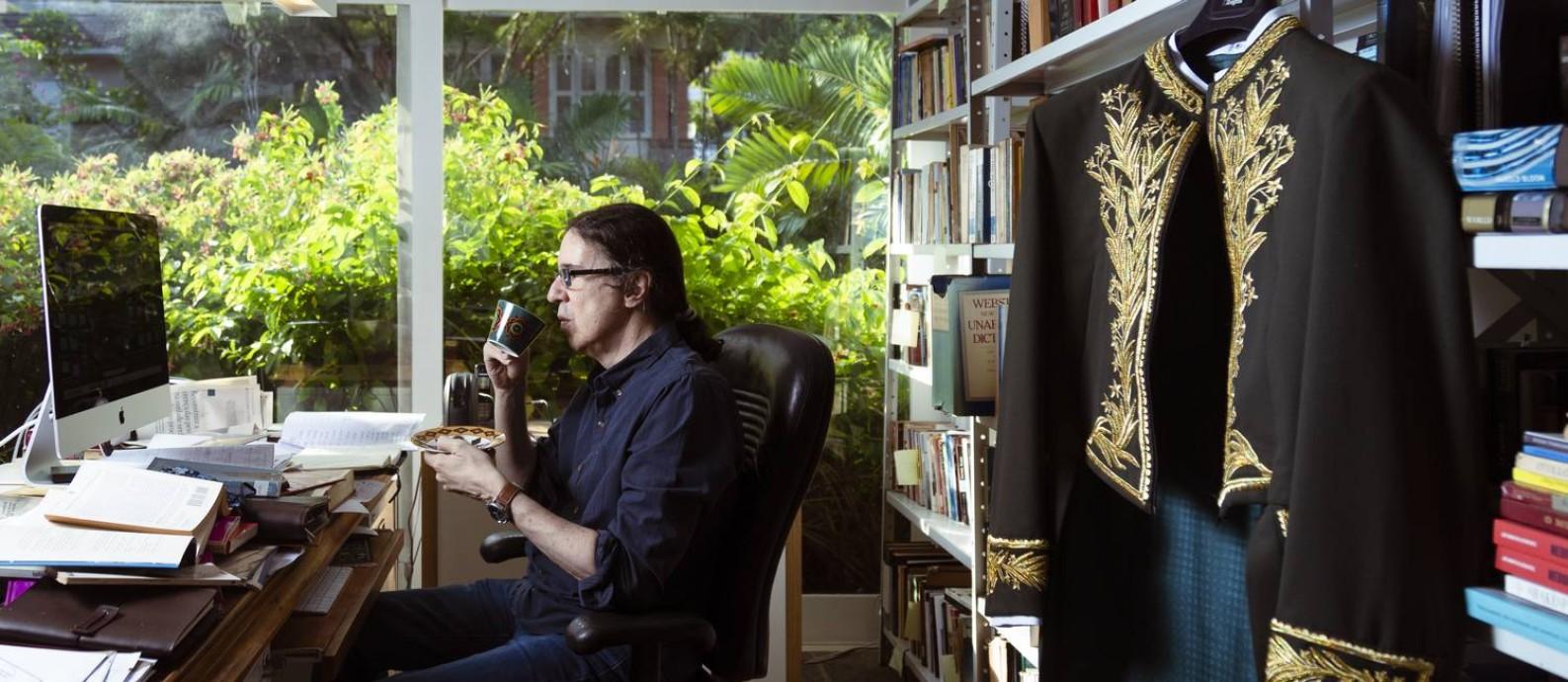 O poeta Geraldinho Carneiro confinado em sua casa no Jardim Botânico: solitário chá das 17h e fardão pendurado Foto: Leo Martins / Agência O Globo