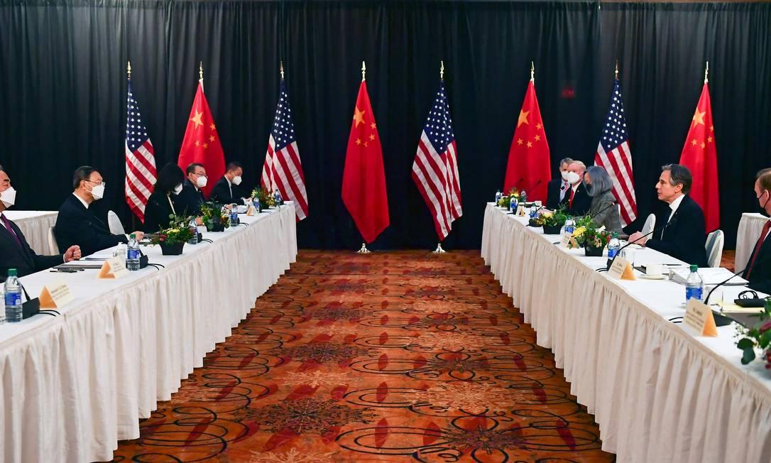 Representantes dos EUA e da China na primeira reunião de alto escalão entre os dois países depois da posse de Joe Biden, no Alasca Foto: FREDERIC J. BROWN / AFP/19-3-2021