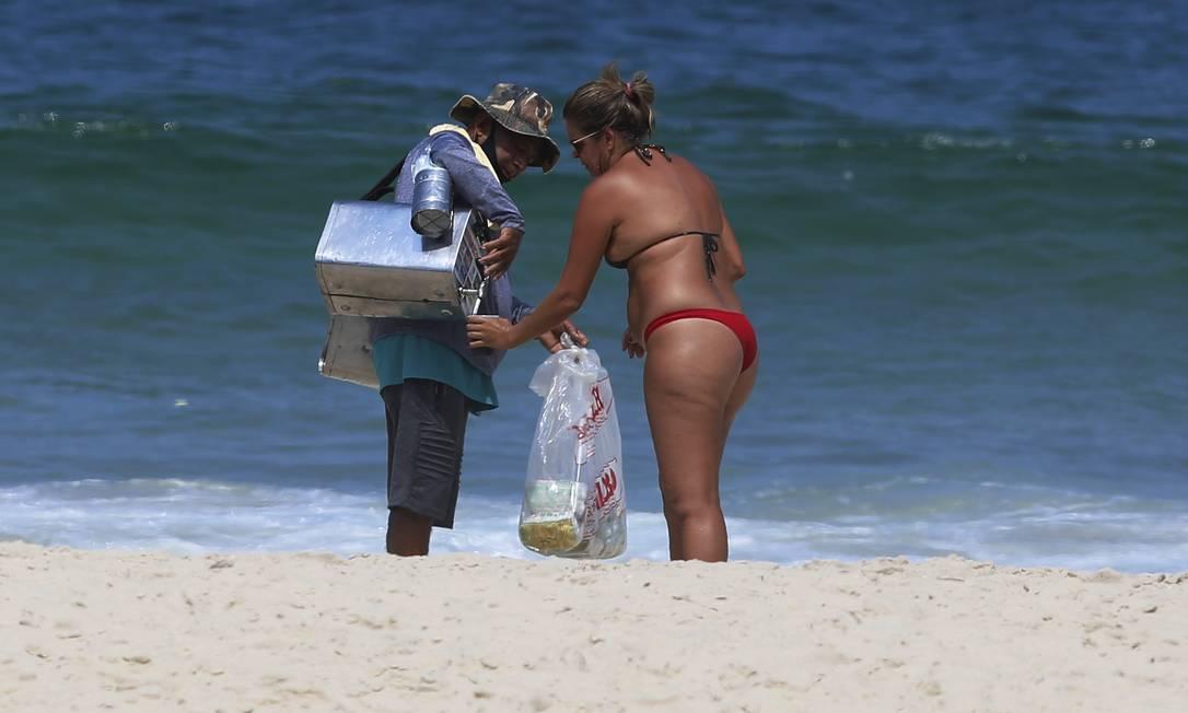 Ambulantes trabalhavam normalmente, ignorando a proibição, no Leblon Foto: FABIANO ROCHA / Agência O Globo