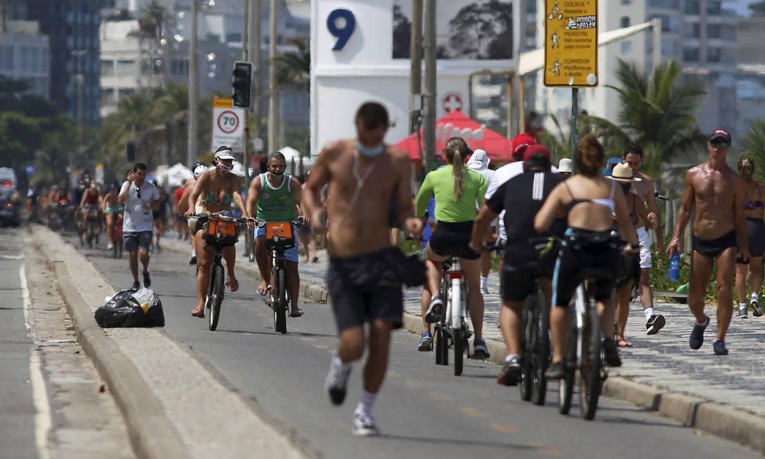 Movimentação intensa de pessoas no calçadão de Ipanema Foto: FABIANO ROCHA / Agência O Globo