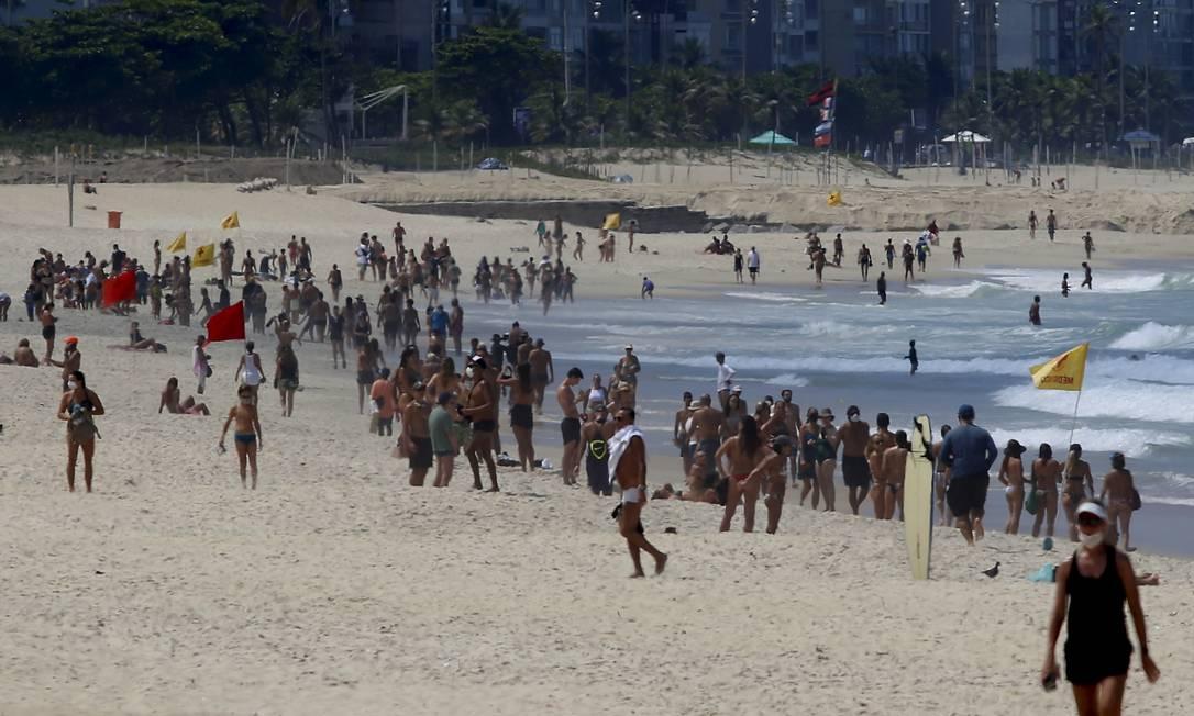Leblon. Muitos cariocas ignoraram as regras dos decretos municipal e estadual e aproveitaram o domingo de sol nas praias da cidade, onde banho de mar e permanência na areia estão proibidos Foto: FABIANO ROCHA / Agência O Globo