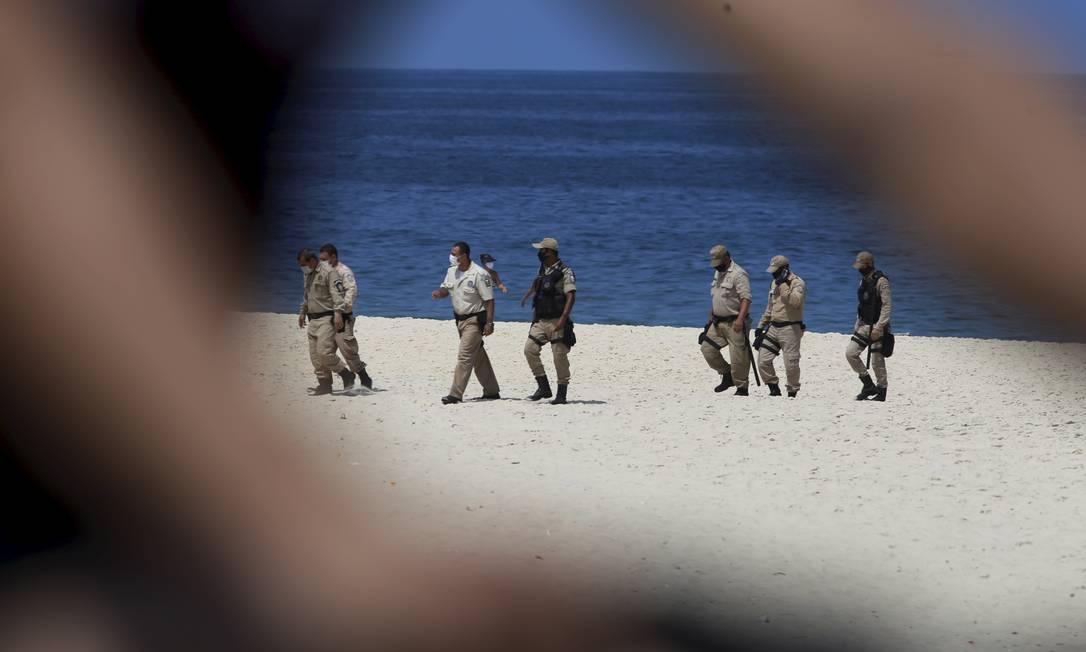 Guardas municipais nas areias de Ipanema. Efetivo não deu conta de retirar banhistas das praias Foto: FABIANO ROCHA / Agência O Globo