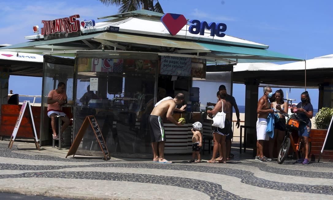 Quiosque em Copacabana funcionando normalmente neste domingo Foto: FABIANO ROCHA / Agência O Globo