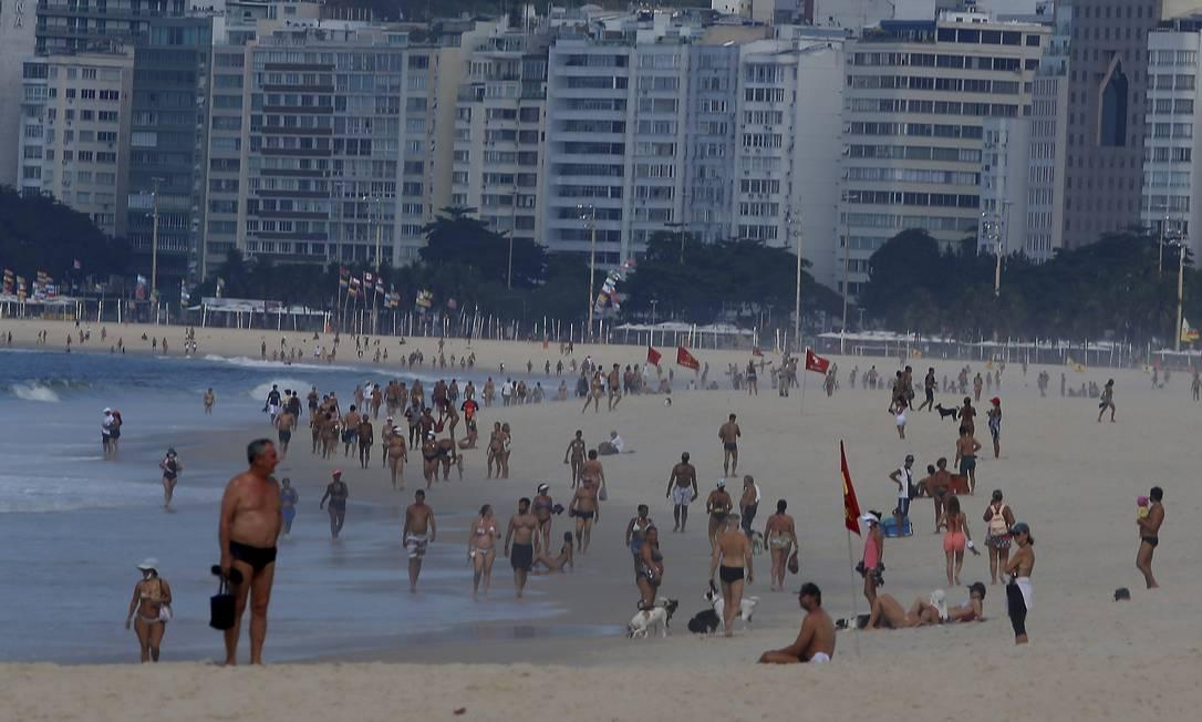 Movimentação pela manhã na praia do Leme Foto: FABIANO ROCHA / Agência O Globo