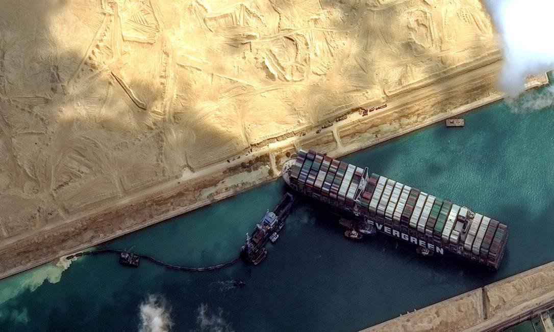 Vista aérea do canal do Suez, onde o navio Ever Given ficou encalhado Foto: DigitalGlobe/ScapeWare3d / DigitalGlobe/Getty Images