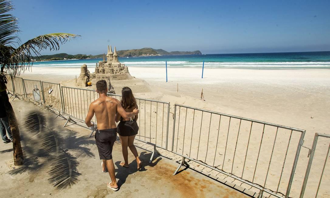 Praia do Forte, em Cabo Frio: cercada e quase deserta Foto: Antonio Scorza / Agência O Globo