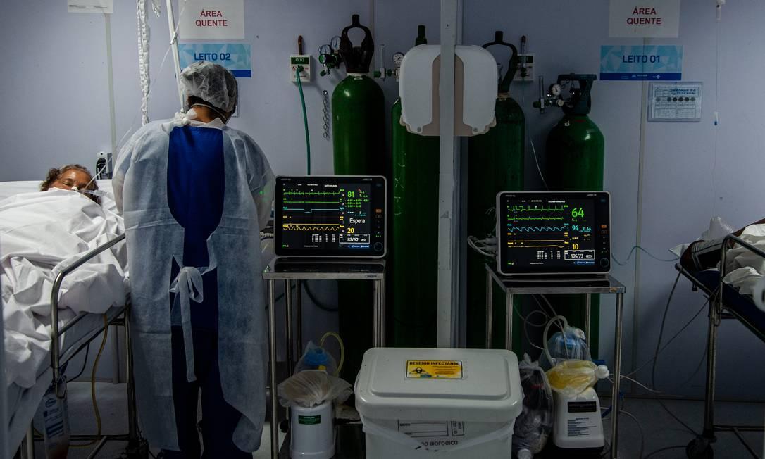 Enfermeira acompanha paciente internada com Covid-19 em UTI de Salvador Foto: Agência O Globo
