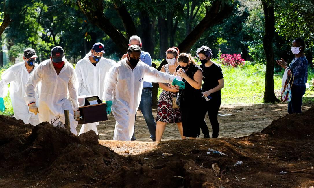 Sepultamento de vítima da Covid-19 no cemiterio Vila Formosa, em São Paulo Foto: Photo Premium / Agência O Globo