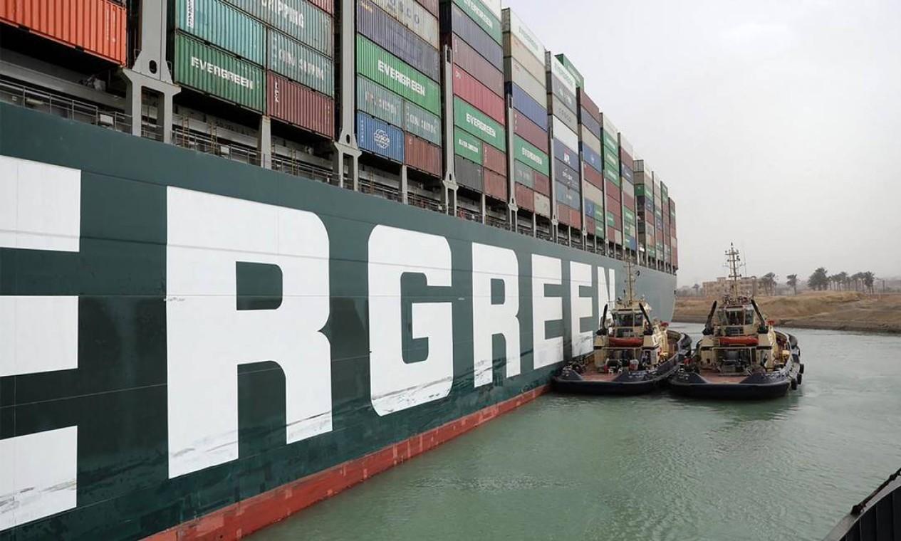 Rebocadores egípcios trabalham para libertar o MV Ever Given (Evergreen) Foto: - / AFP