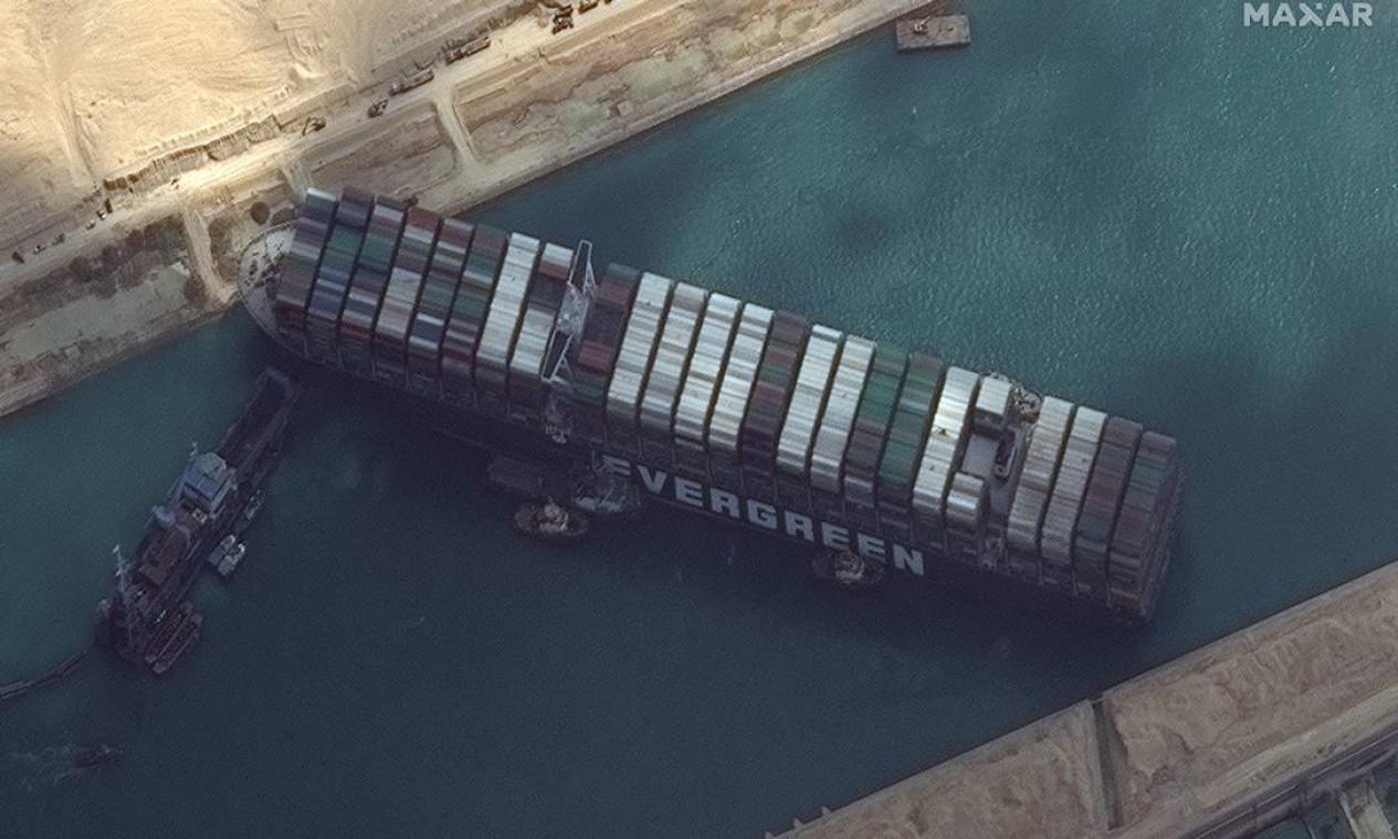Imagem de satélite da Maxar Technologies mostra o Ever Given atravessado no Canal de Suez Foto: MAXAR TECHNOLOGIES / VIA REUTERS