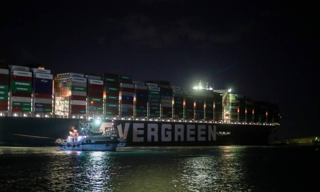 Uma vista mostra o navio de contêiner encalhado Ever Dado, um dos maiores navios de contêiner do mundo, depois de encalhar, no Canal de Suez, Egito Foto: MOHAMED ABD EL GHANY / REUTERS