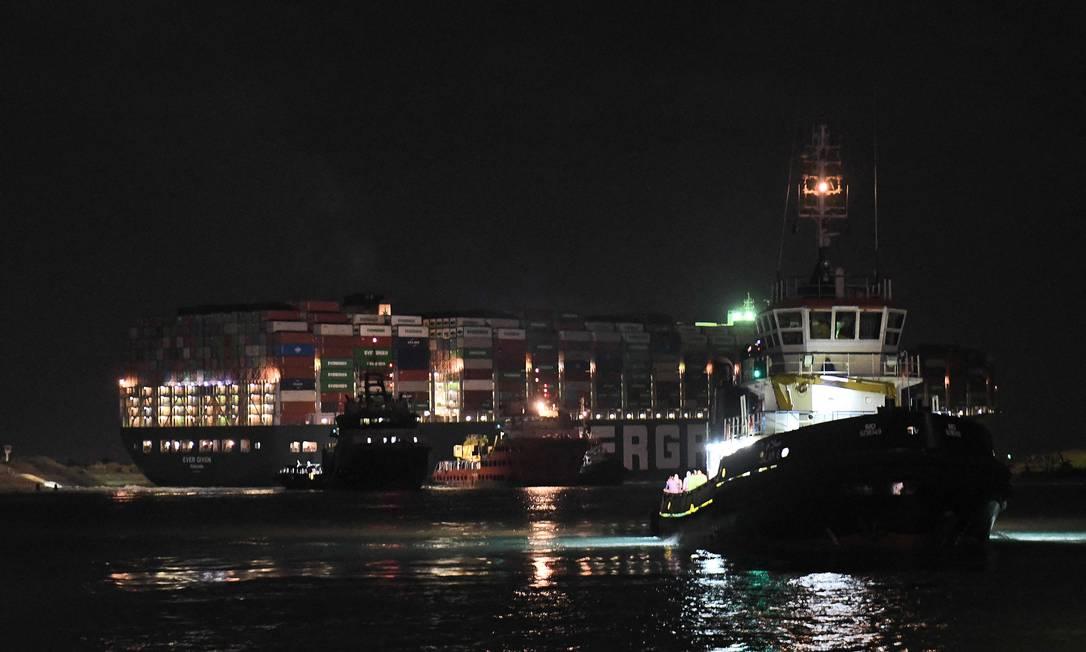 Encalhamento causou congestionamento de mais de 450 navios, esperando para sair ou a caminho do Suez. Foto: AHMED HASAN / AFP