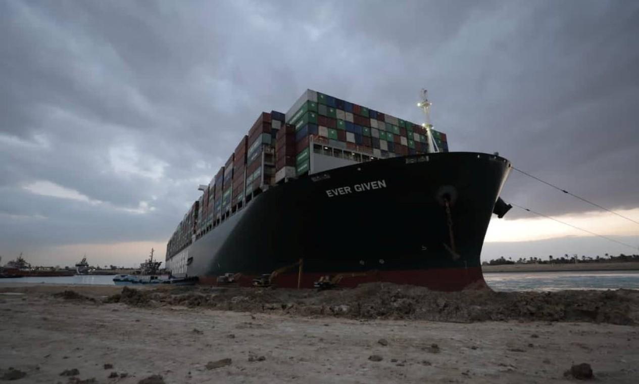 O navio encalhado Ever Given, um dos maiores navios porta-contêineres do mundo, é visto depois de encalhar, no Canal de Suez, Egito Foto: HANDOUT / VIA REUTERS