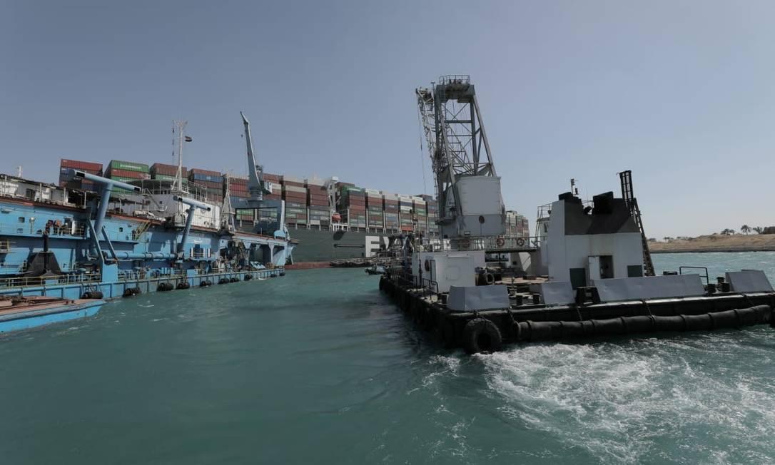 Navio cavador trabalha para libertar o navio Ever Given Foto: HANDOUT / VIA REUTERS