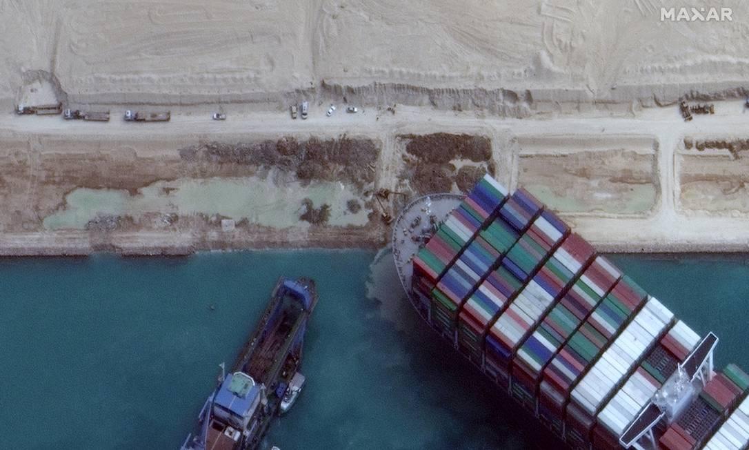 Navio gigante ficou preso, atravessado no canal de Suez e impedindo a passagem em uma das rotas comerciais mais importantes do mundo Foto: MAXAR TECHNOLOGIES / via REUTERS