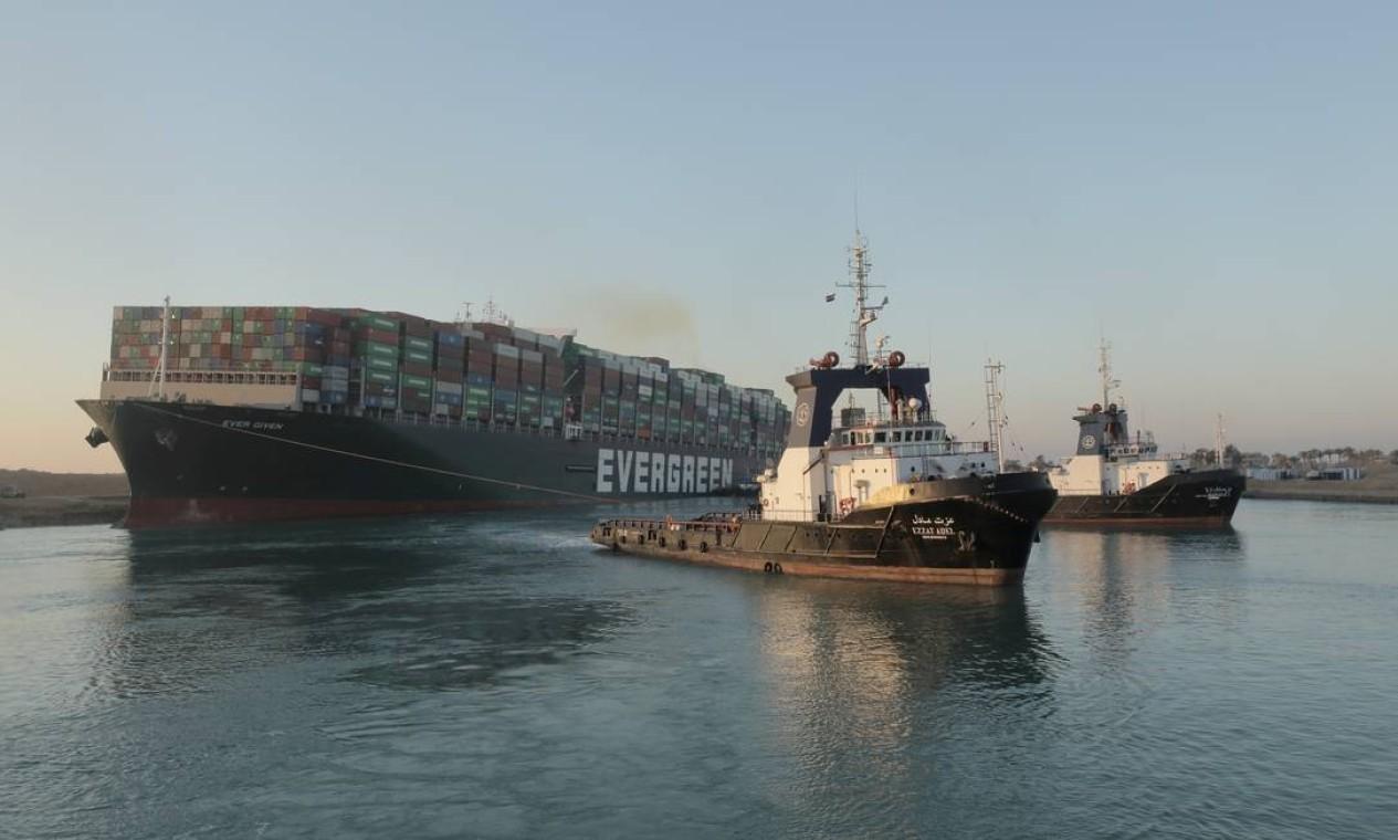 """Rebocadores alinham gigante Ever Given, no Canal de Suez. De acordo com a Autoridade do Canal de Suez (SCA), o meganavio começou a flutuar parcialmente e foi reorientado em 80% """"na direção correta"""" Foto: HANDOUT / VIA REUTERS"""