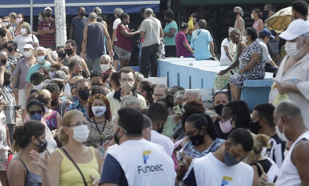 Mais uma vez, como tem ocorrido ao longo de todo o mês de março, a vacinação em Caxias teve longas filas, muita aglomeração de idosos e caos no trânsito no Centro da cidade Foto: Domingos Peixoto / Agência O Globo - 29/03/2021