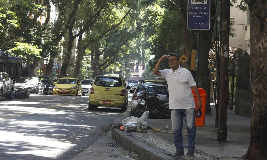 No Bairro de Fátima tem a placa, mas sem sinal do ônibus Foto: FABIANO ROCHA / Agência O Globo