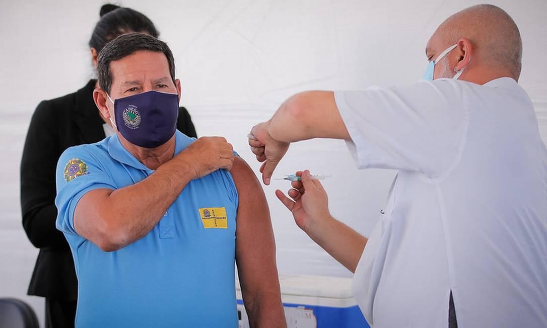 Hamilton Mourão é vacinado contra a Covid-19 em Brasília Foto: Reprodução/Vice-Presidência da República