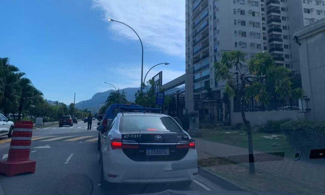 Peritos e policiais se dirigem ao apartamento onde Henry morava para perícias complementares Foto: Paolla Serra / Agência O Globo