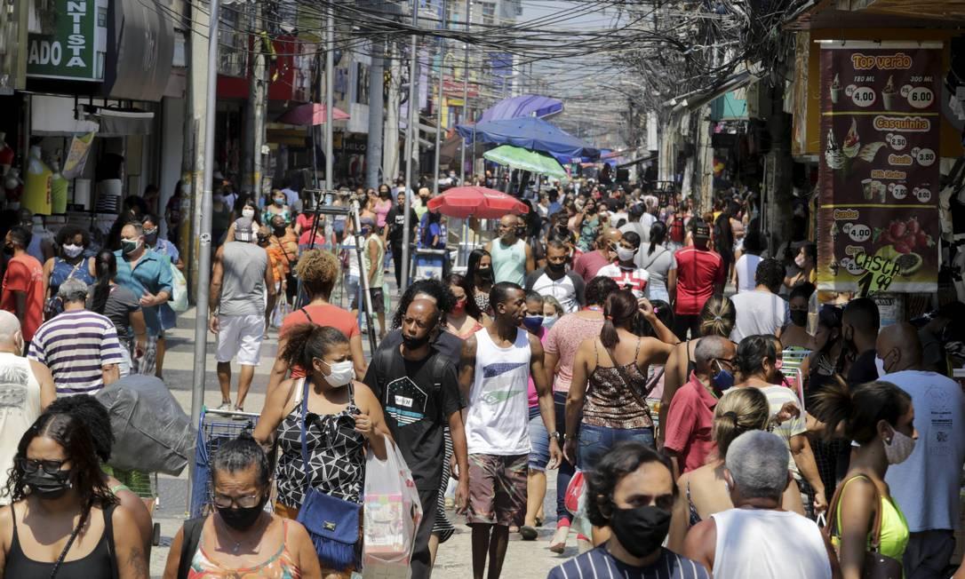 Comércio aberto com aglomeração no calçadão de Caxias. Foto: Domingos Peixoto / Agência O Globo