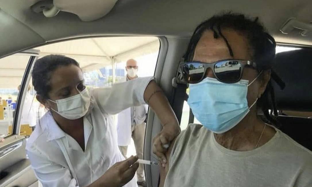 O cantor Djavan, 72, também foi vacinado no Rio de Janeiro Foto: Reprodução - 27/03/2021
