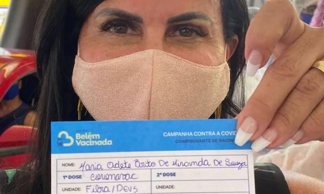 Maria Odete Brito de Miranda Marques, a Gretchen, de 61 anos, exibe orgulhosa o certificado da primeira dose da vacina em Belém, no Pará Foto: Reprodução - 28/03/2021