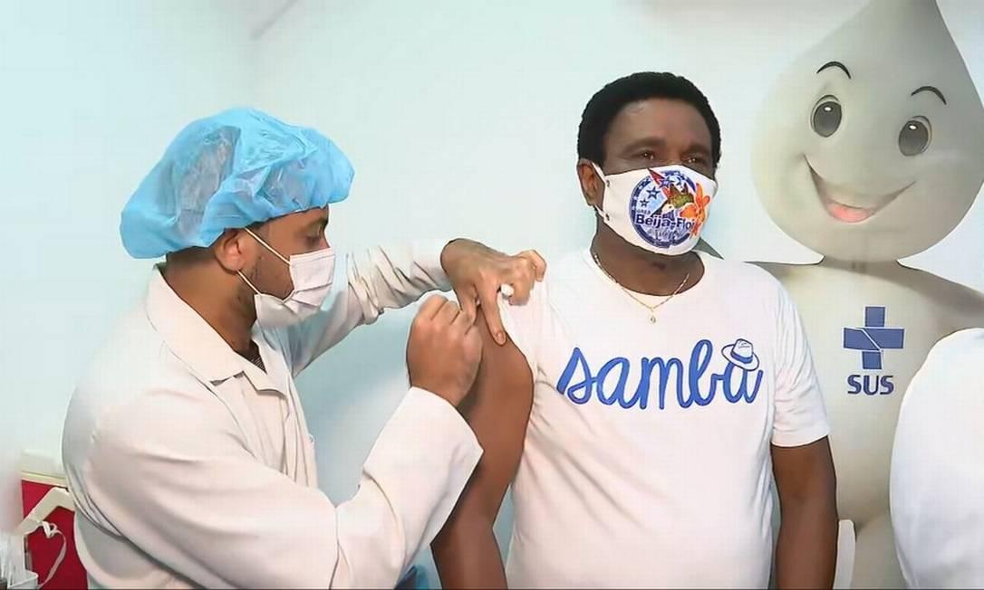 O cantor Neguinho da Beija-flor, 71 anos, foi vacinado contra a Covid-19 em Copacabana, na Zona Sul do Rio. Ele tomou a primeira dose do imunizante Foto: Reprodução - 29/03/2021