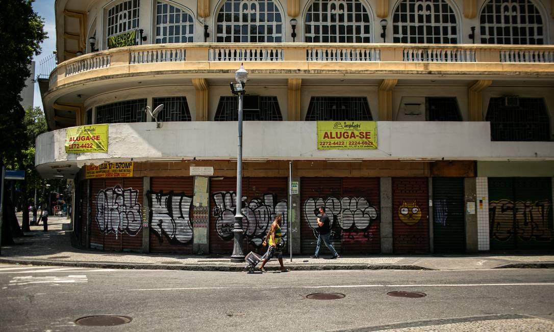 Impacto da pandemia no Centro do Rio com lojas fechadas. Na foto, Rua da Carioca Foto: Hermes de Paula / Agência O Globo