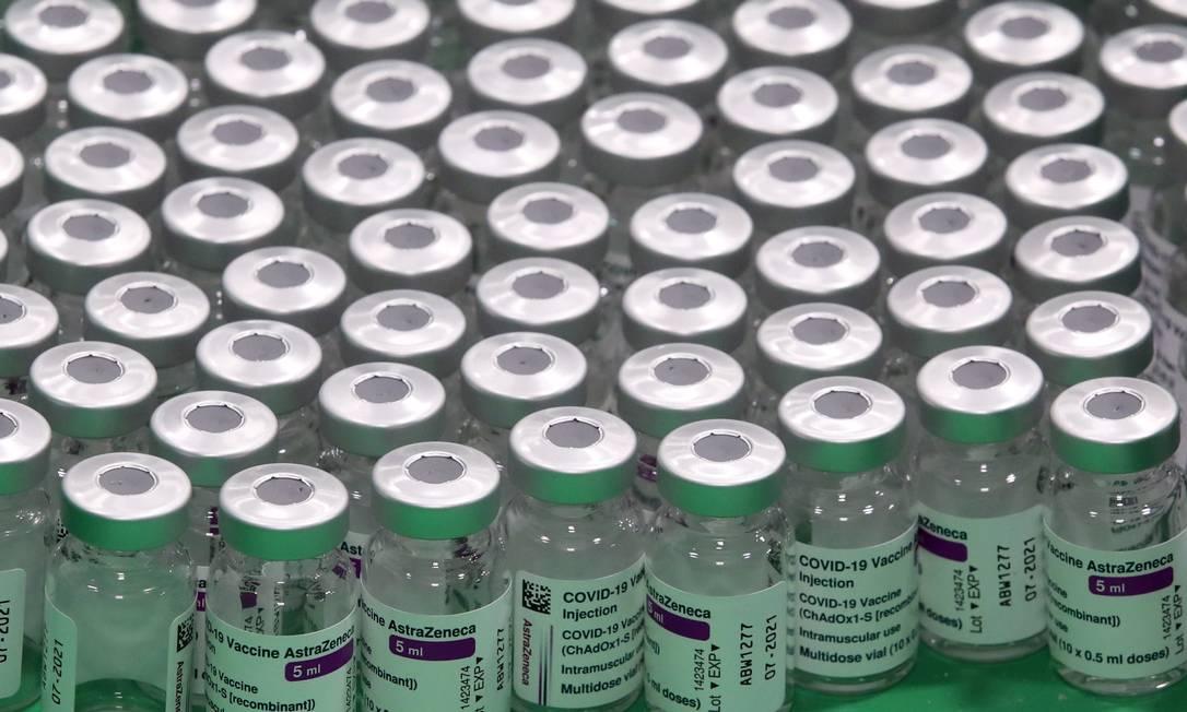 Frascos vazios do imunizante da AstraZeneca Foto: YVES HERMAN / REUTERS