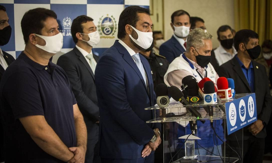Castro acompanhado de secretários em coletiva de imprensa em março Foto: Guito Moreto / Agência O Globo