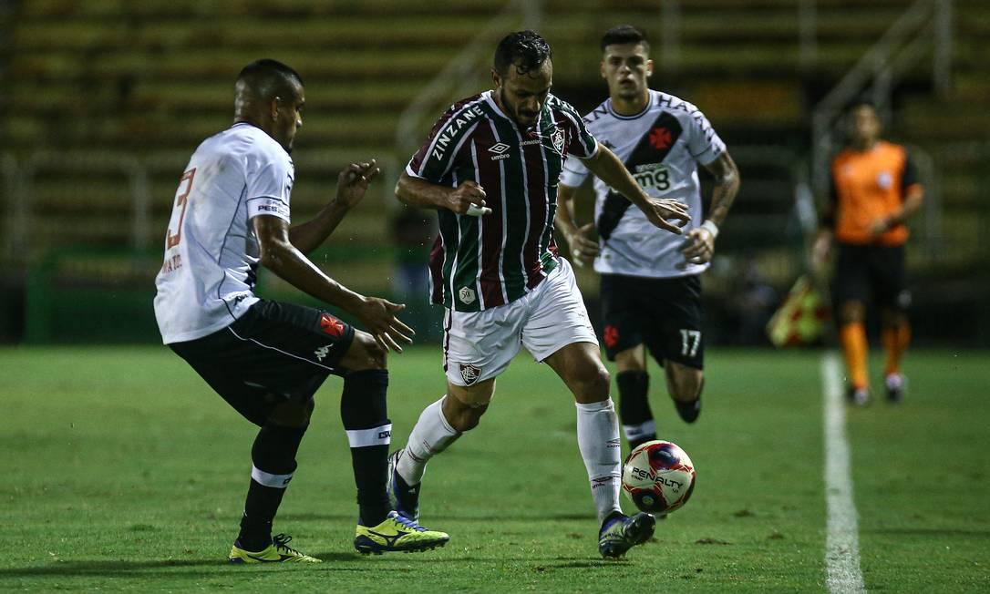Yago Felipe tenta passar pela marcação vascaína em Volta Redonda Foto: LUCAS MERÇON / FLUMINENSE